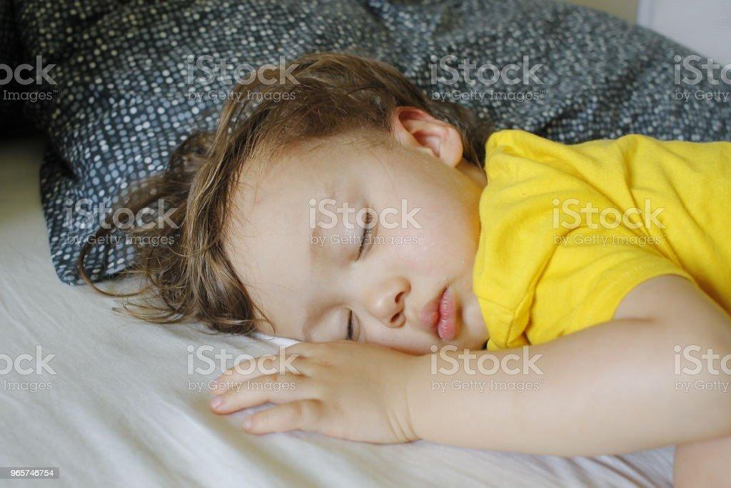Baby jongen peuter met slapen nap - Royalty-free Baby Stockfoto