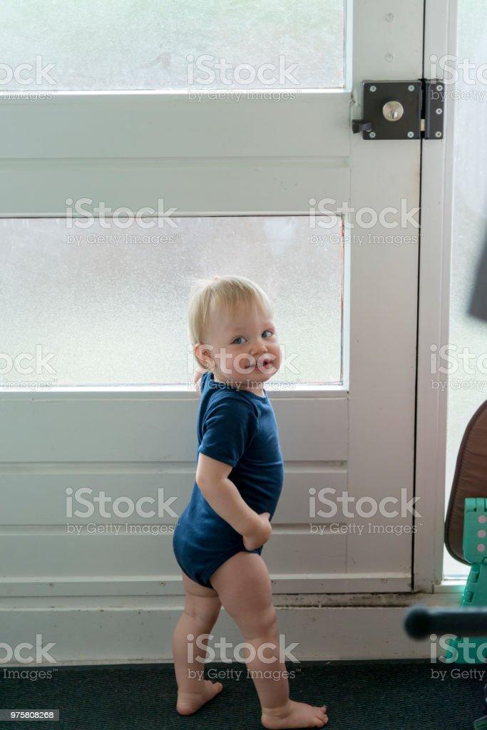 Baby junge versucht, die Tür aufzuschließen und erwischt - Lizenzfrei Abschirmen Stock-Foto