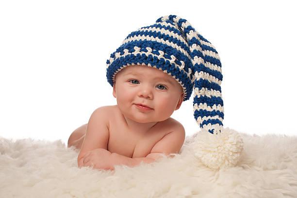 baby-junge trägt einen strumpf-kappe - kindermütze häkeln stock-fotos und bilder