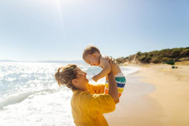Baby Junge mit Mama am Strand – Foto