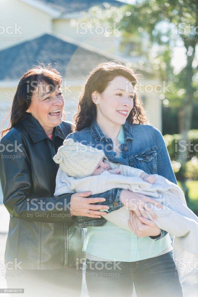 Bebé madre y niño con la abuela fuera de casa - foto de stock