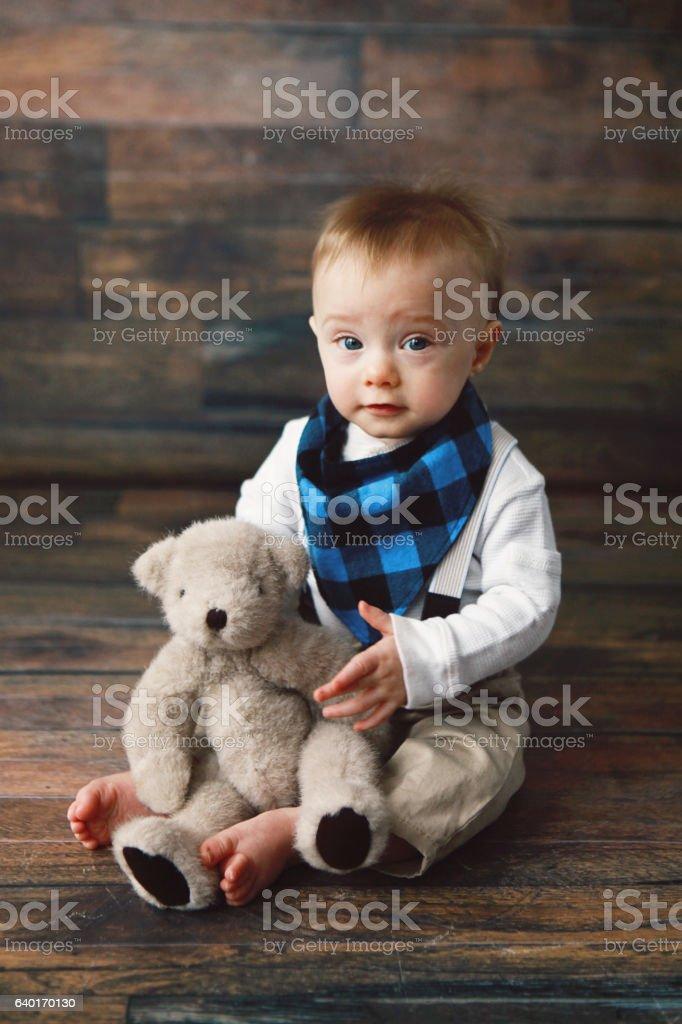 Niño bebé con Osito de peluche - foto de stock