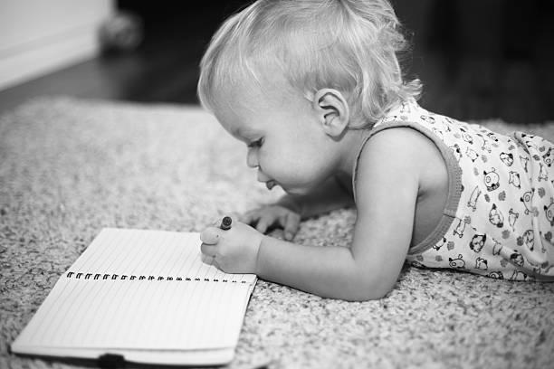 petit garçon écrit sur un ordinateur portable - gaucher photos et images de collection