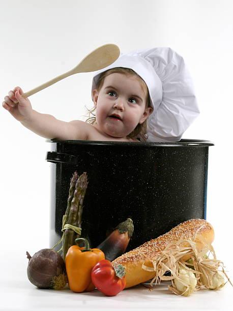 baby-chef in pot - pfannen test stock-fotos und bilder