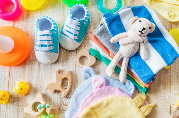 新生児のための赤ちゃんの服やアクセサリー。選択的な焦点。 - 乳児用衣類 ストックフォトと画像