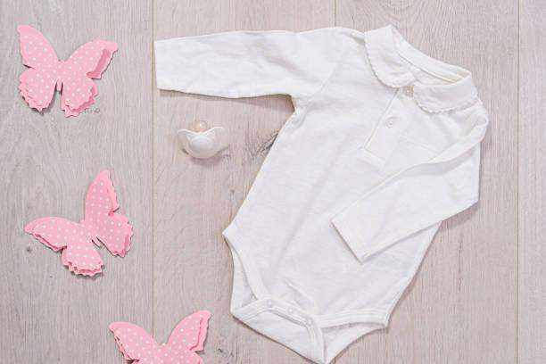 concepto de ropa de bebé. traje blanco para niña sobre fondo de madera - foto de stock