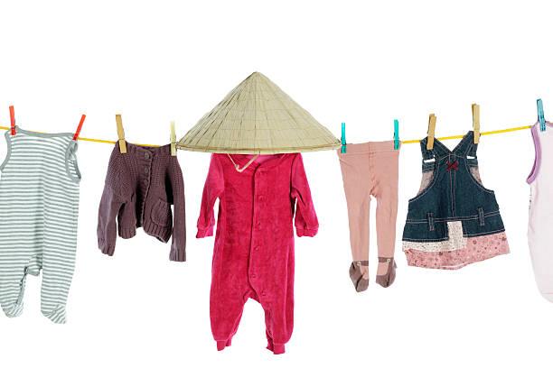 baby kleidung hängen auf waschen linie - chinese wäscherei stock-fotos und bilder