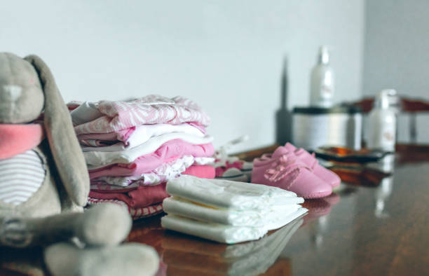 baby-kleidung für ihre ankunft bereit - babytasche stock-fotos und bilder