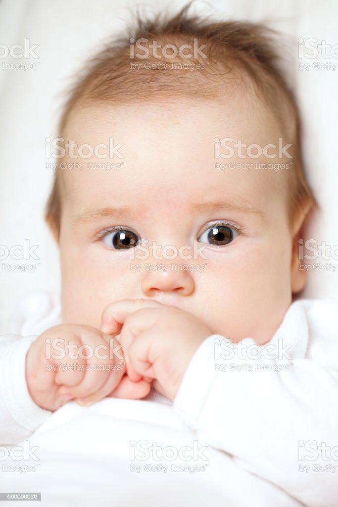赤ちゃんのかわいい顔アップ を 1人のストックフォトや画像を