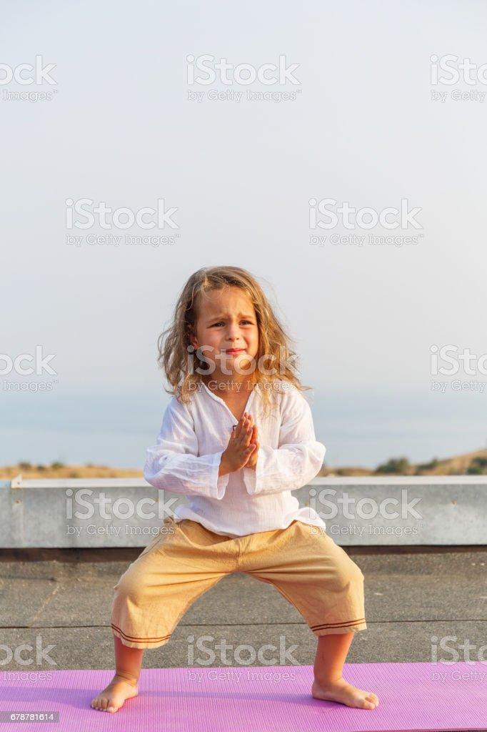 Bébé faire du yoga sur le toit photo libre de droits