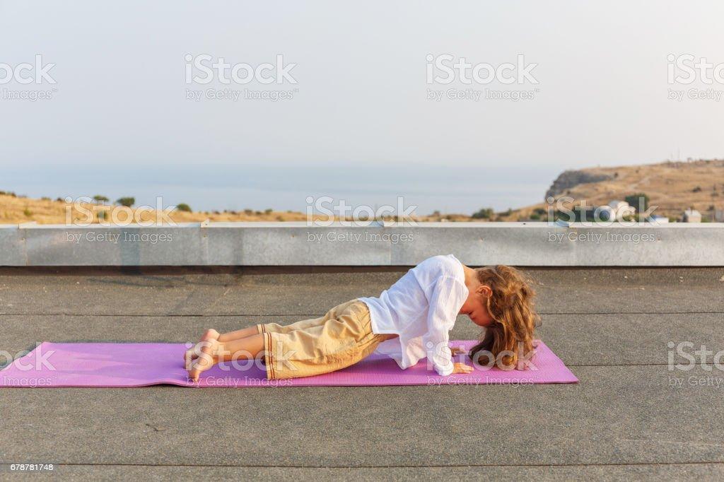 Çatıda yoga yaparken bebek royalty-free stock photo