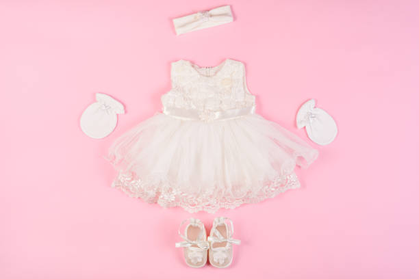 baby kleid mit booties und handschuhe isoliert auf einem rosa - kleinkinder kleid häkeln stock-fotos und bilder