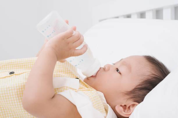 Baby Drinking Milk from Bottle – Foto