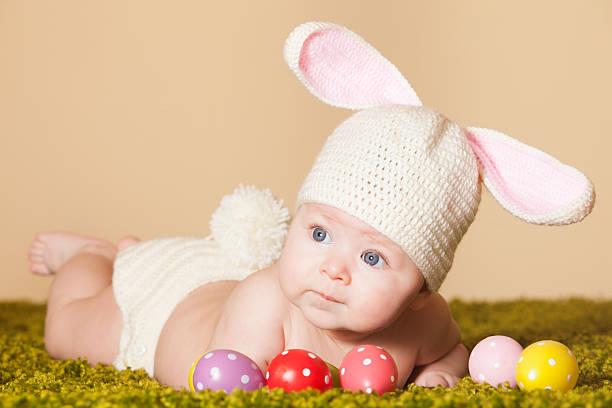 baby-osterhase - kindermütze häkeln stock-fotos und bilder
