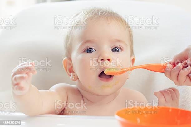 Bebé Comer Foto de stock y más banco de imágenes de 2015