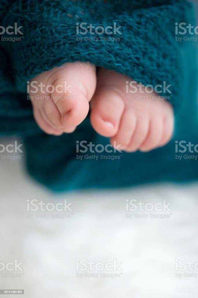 Baby Füße in Decke, Raum zu kopieren. Selectiv Fokus – Foto