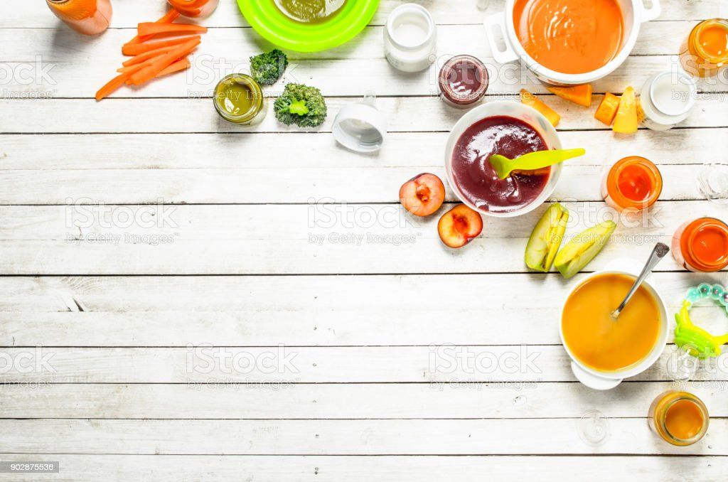 Comida de bebê. Vários bebê purês de frutas e legumes frescos. - foto de acervo