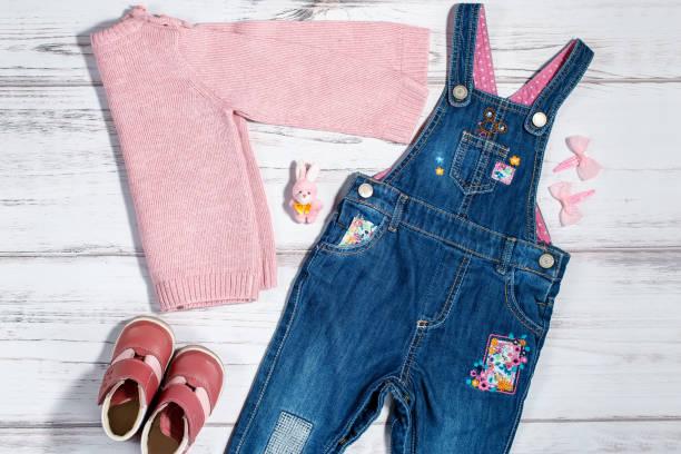 baby mädchen kleidung kollektion - jeans overall stock-fotos und bilder
