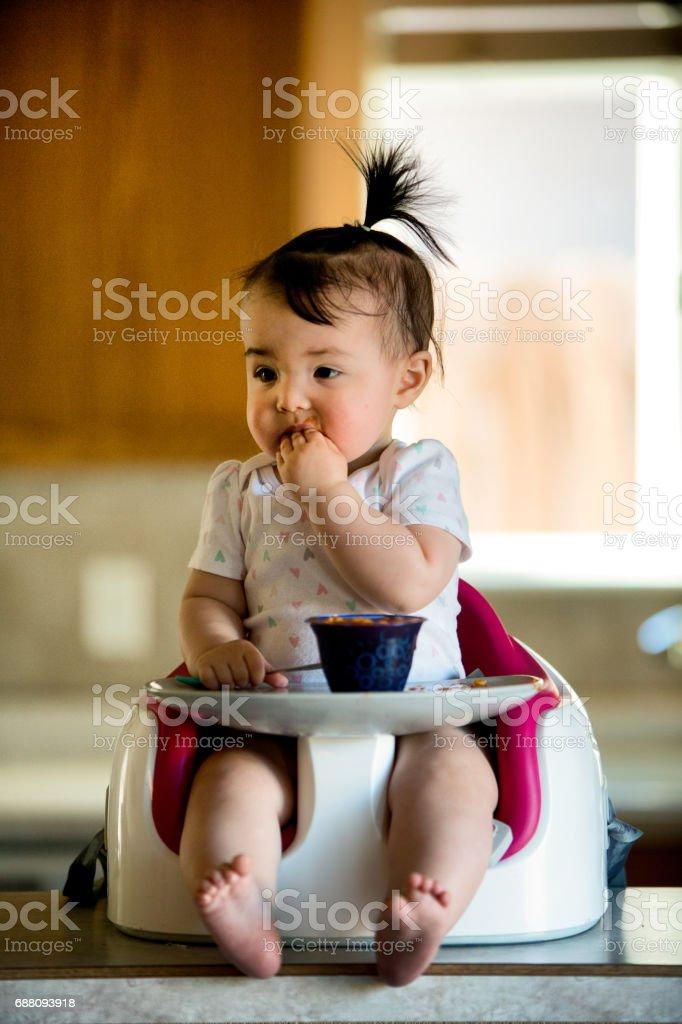 Kinderstoel Baby 6 Maanden.Meisje Van De Baby Eten Spaghetti In Kinderstoel Stockfoto En Meer