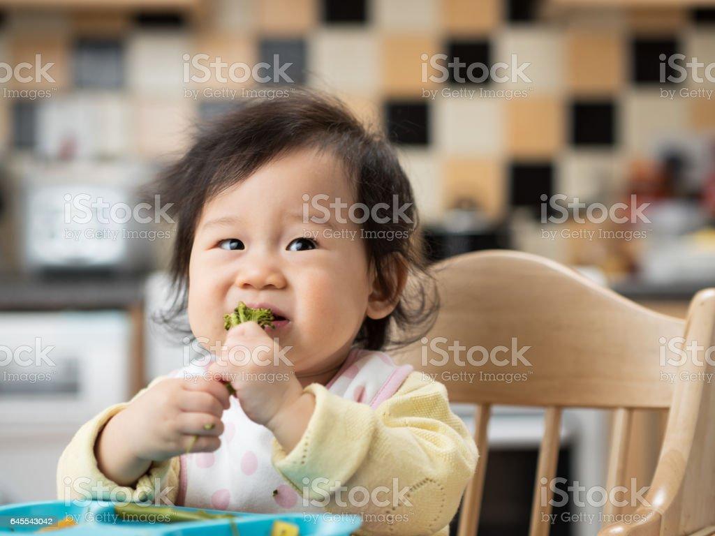 寶貝女孩第一次吃蔬菜圖像檔