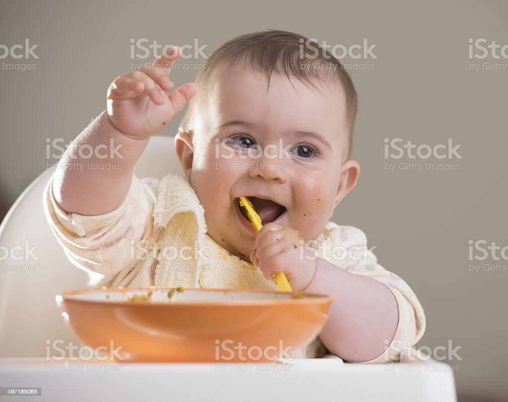 baby Mädchen Essen mit gelben Löffel – Foto