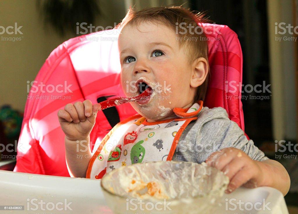 Baby girl eats porridge – Foto