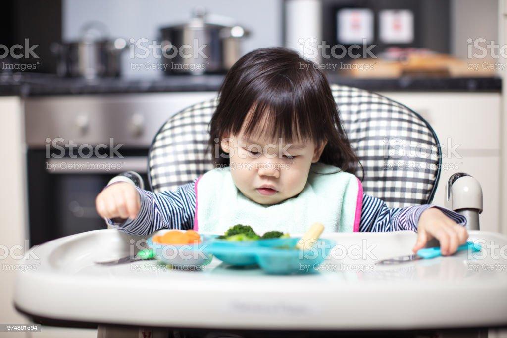 Hoge Stoel Baby.Meisje Van De Baby In Slaap Vallen Tijdens Het Eten Op Hoge Stoel