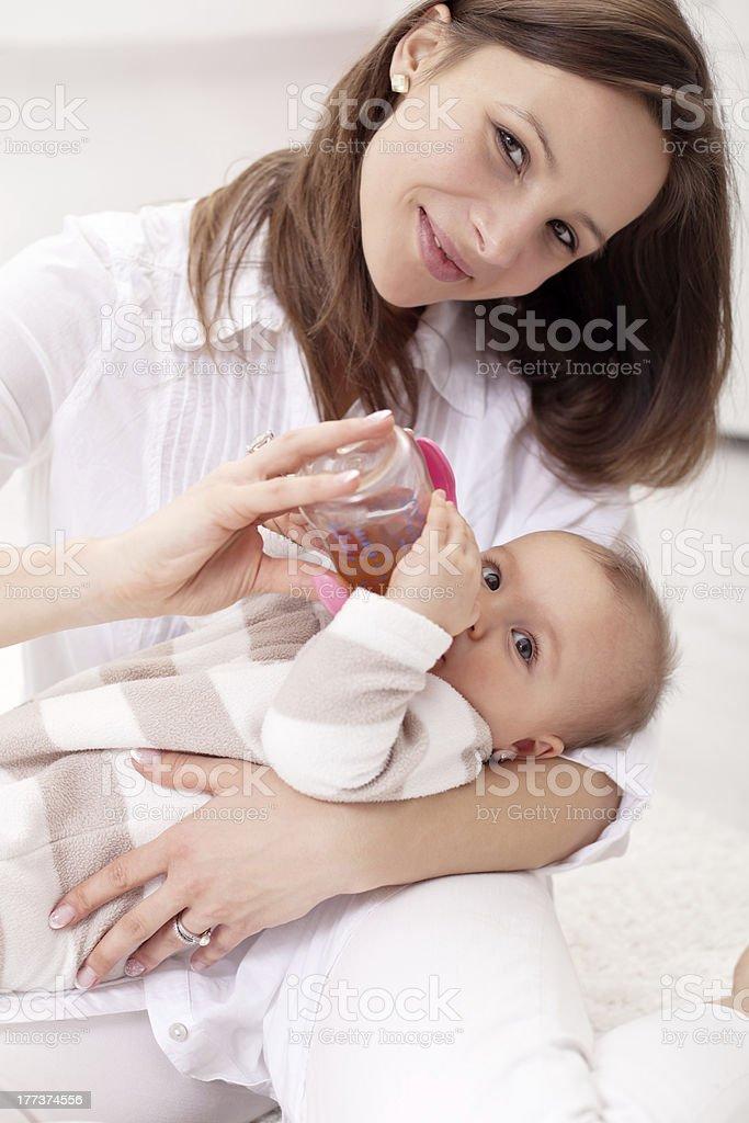 Baby Mädchen wird von ihrer Mutter – Foto