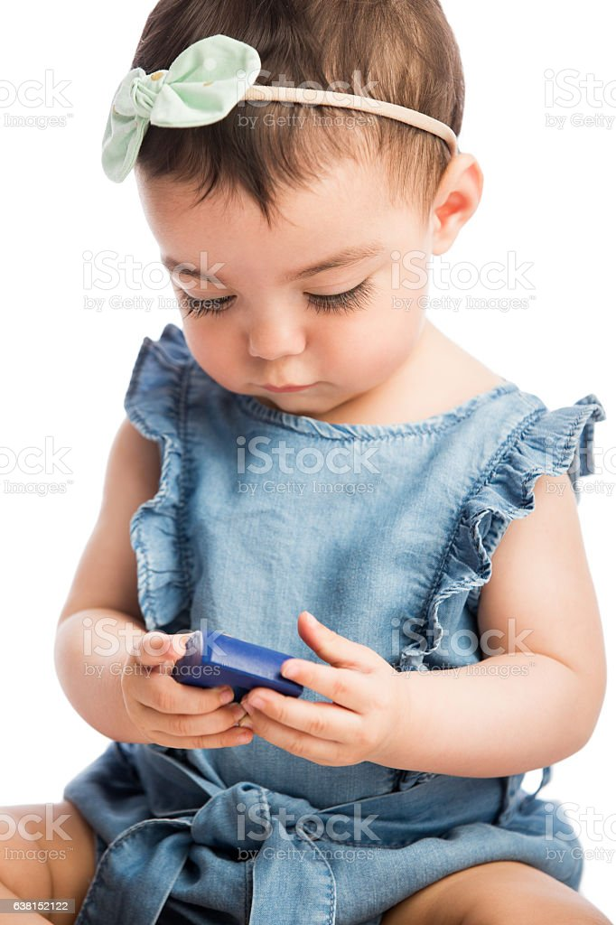 Baby girl holding a toy block - foto de stock