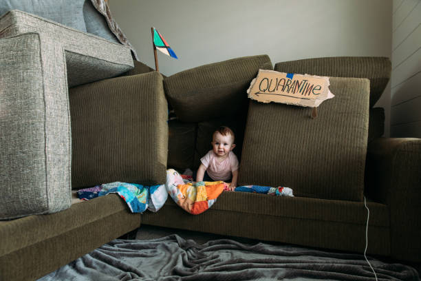 Baby-Mädchen in Couch Fort – Foto