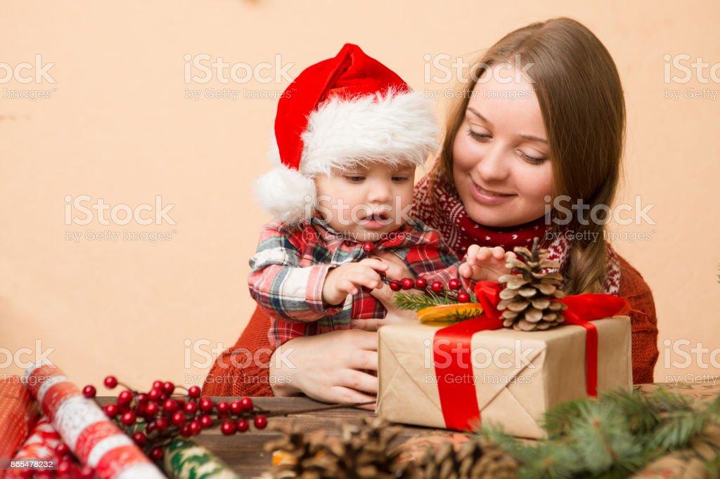 Babymädchen In Roten Hut Mit Der Mutter Geschenke Für Weihnachten Zu ...