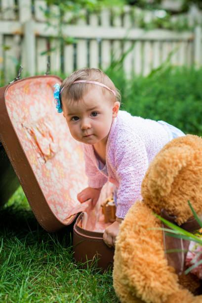 baby mädchen in den koffer - kleinkind busy bags stock-fotos und bilder