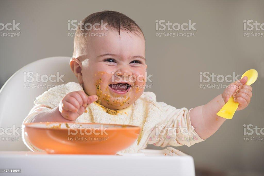 baby Mädchen lachen während der Mahlzeiten – Foto