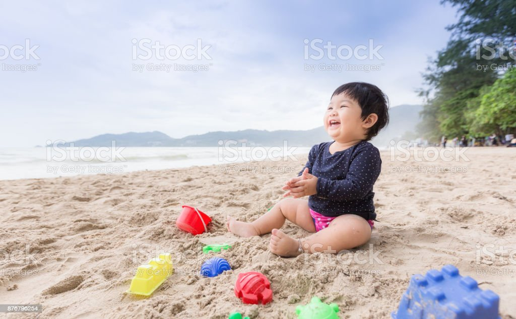 Baby girl laughing on the beach. Can use for learning and playing concept. - Royalty-free Ao Ar Livre Foto de stock