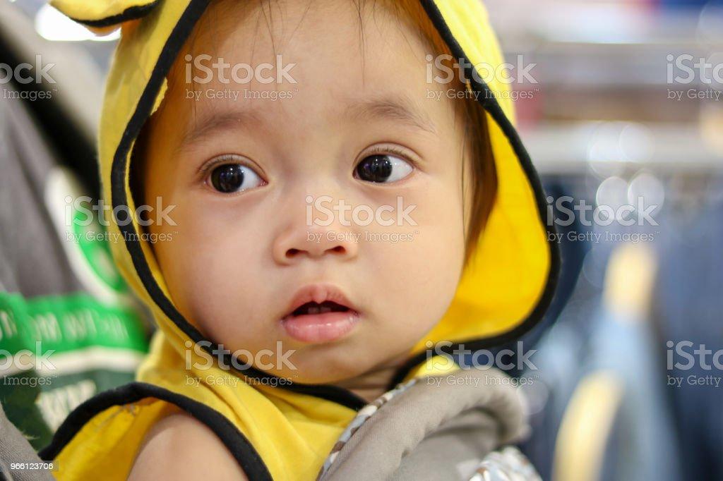 Baby flicka ser något - Royaltyfri Ansiktsuttryck Bildbanksbilder