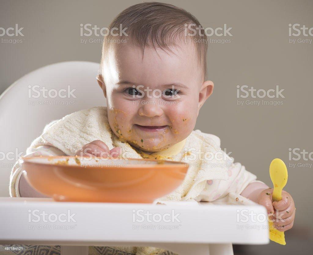 Babymode – Mädchen, schaut gerade in die Kamera während der Mahlzeiten – Foto