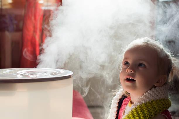 赤ちゃんと加湿器 - 加湿器 ストックフォトと画像