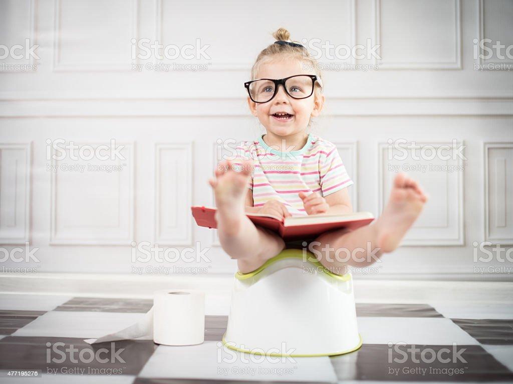 Orinal de niño y niña bebé en portátil - foto de stock