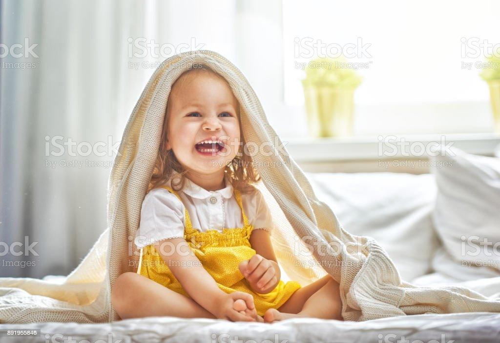 Baby Mädchen auf dem Bett – Foto