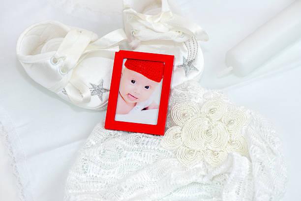baby girl foto, schuhe, hut für taufe kerze und - taufe fotos stock-fotos und bilder