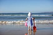 夏のビーチで遊ぶ赤ちゃん女の子