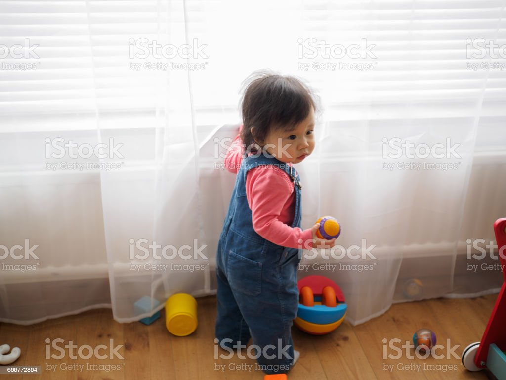 Baby girl playing toys at home foto stock royalty-free