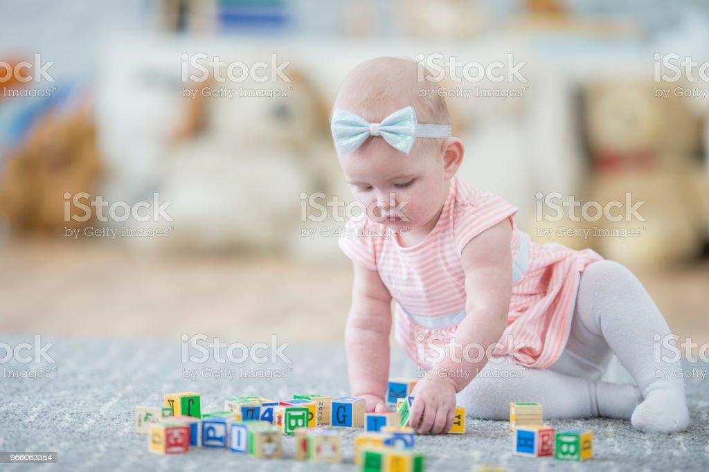 Meisje van de baby spelen met blokken - Royalty-free 12-23 Maanden Stockfoto