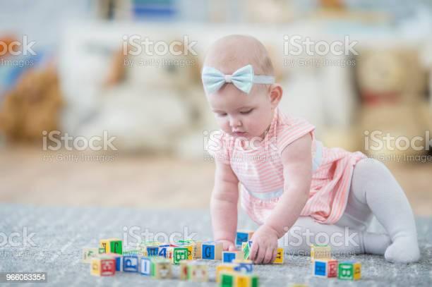 Baby Flicka Som Leker Med Block-foton och fler bilder på 12-23 månader