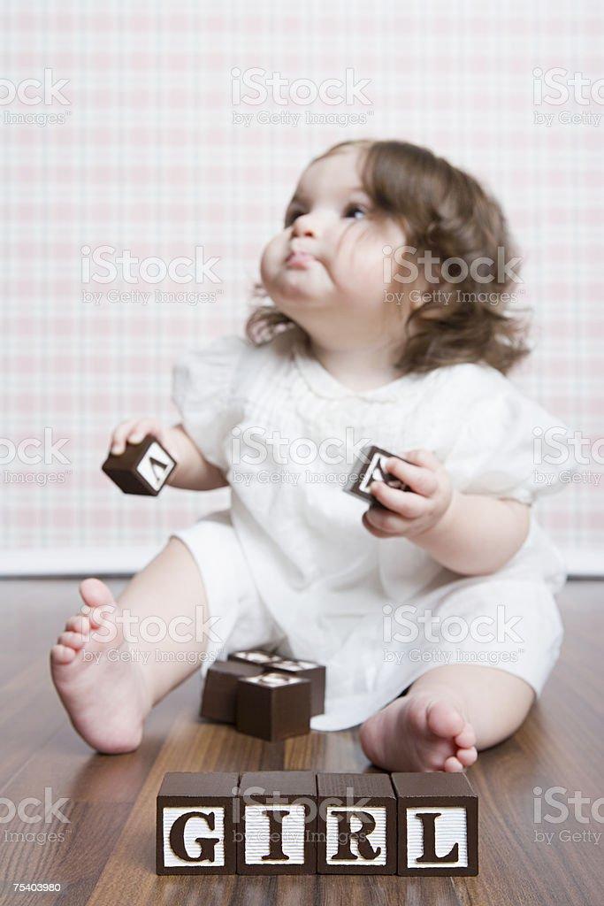Bebê Menina a brincar com blocos de construção foto de stock royalty-free
