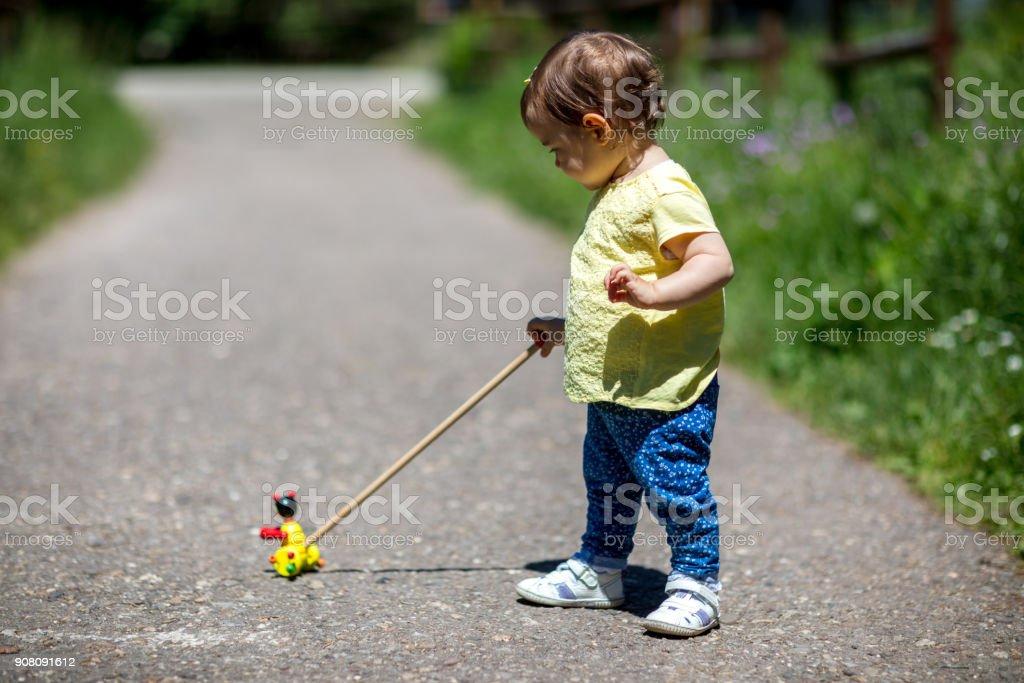 Niña jugando con su juguete - foto de stock