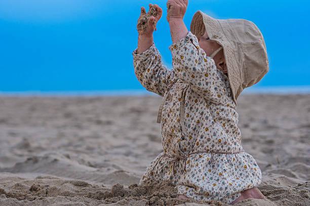 Kleine Mädchen spielen mit sand am Strand – Foto