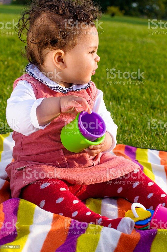 74a57ace45 Neonata (8-9 Mesi) giocano con giocattoli, Outdoors foto stock royalty-