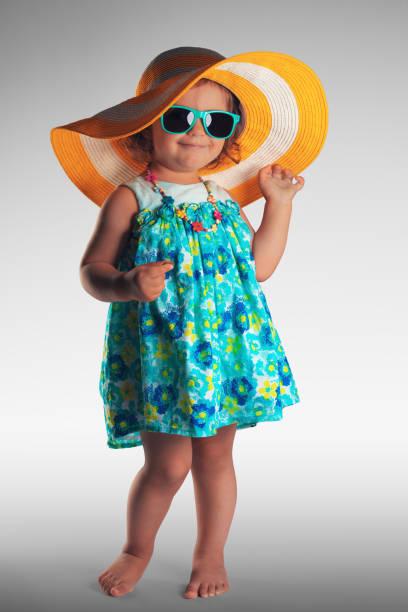 baby mädchen portrait mit hut und sonnenbrille, sommer-konzept - sonnenbrille kleinkind stock-fotos und bilder