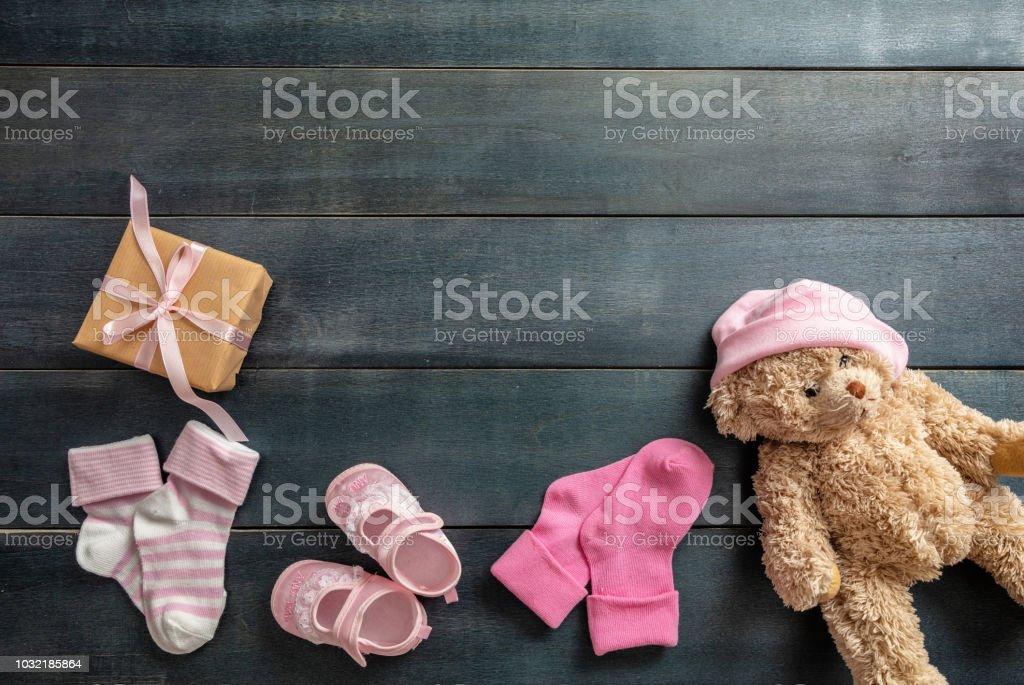 Bébé fille chaussures et chaussettes sur fond en bois bleu - Photo